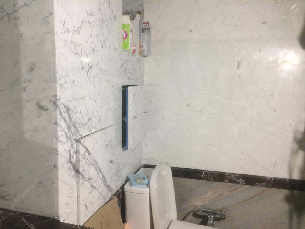 Облицовка стен санузла мрамором